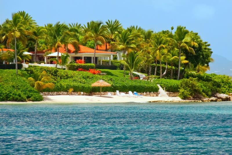 Mooi waterkanthuis met strand op Antigua royalty-vrije stock foto