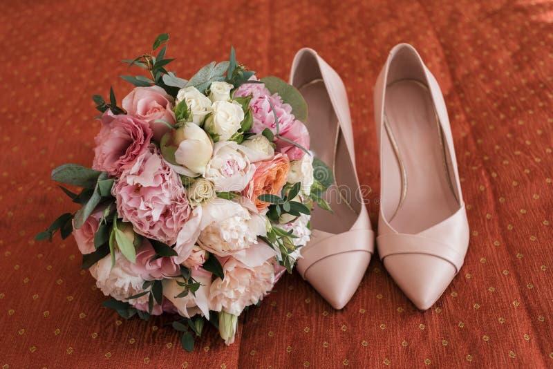 Mooi weelderig huwelijksboeket van witte en roze pioen en rozen royalty-vrije stock afbeelding