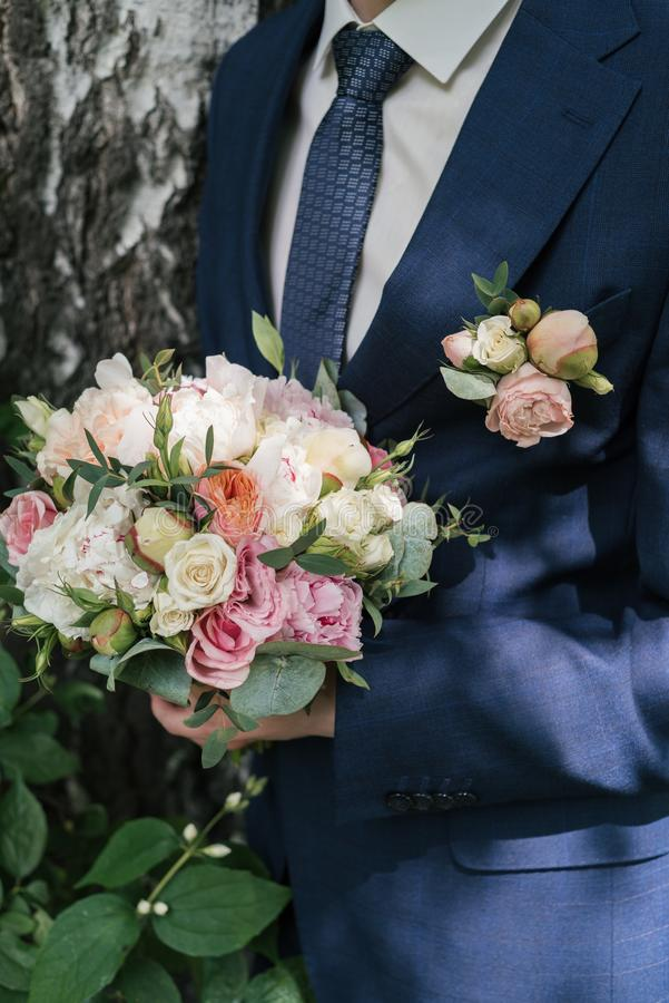 Mooi weelderig huwelijksboeket van witte en roze pioen en rozen stock afbeelding