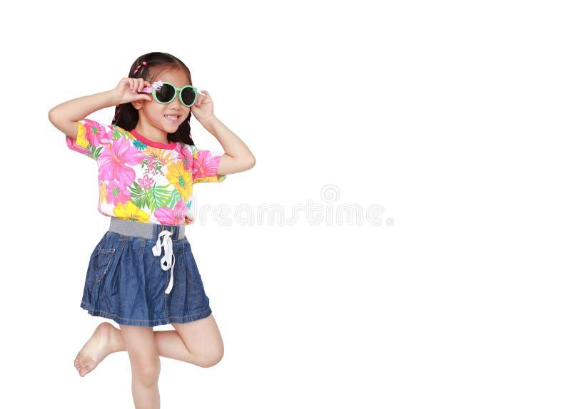 Mooi weinig Aziatisch jong geitjemeisje die een kleding en de zonnebril dragen die van de bloemenzomer op witte achtergrond met e stock afbeelding