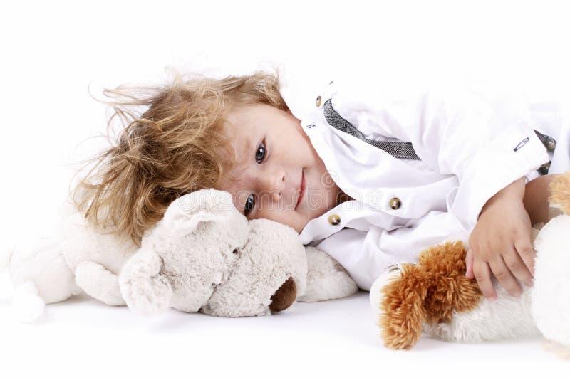 Mooi weinig babyjongen met pluchespeelgoed stock fotografie