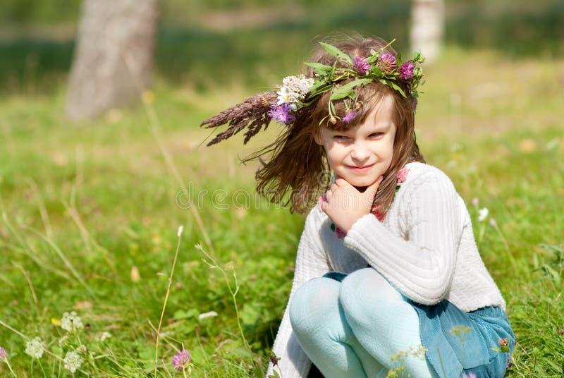 Mooi weinig babymeisje met madeliefjekroon royalty-vrije stock afbeeldingen