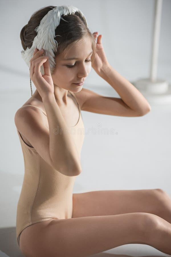 Mooi weinig ballerina die een wit zwaanverband op haar hoofd dragen royalty-vrije stock fotografie