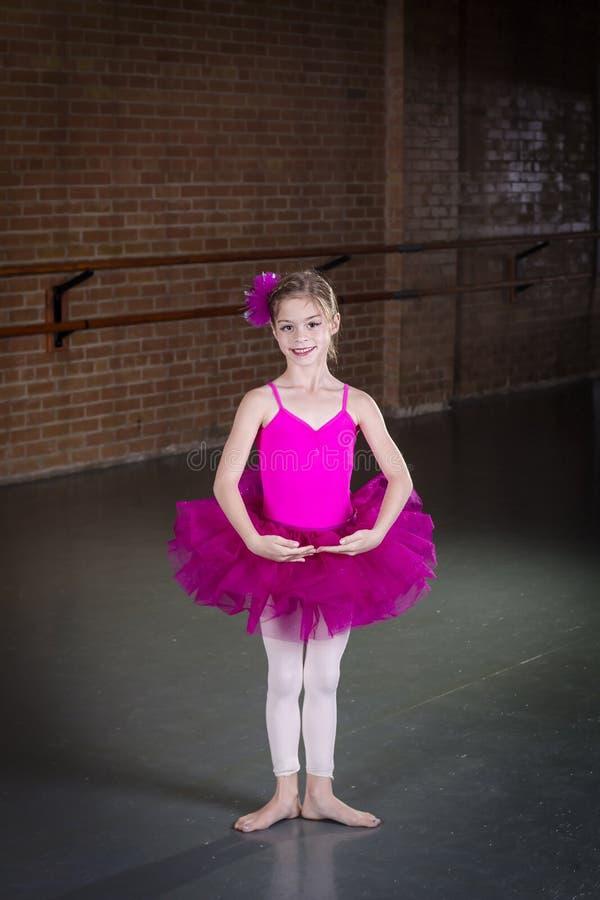 Mooi weinig dansersportret bij een dansstudio stock afbeelding