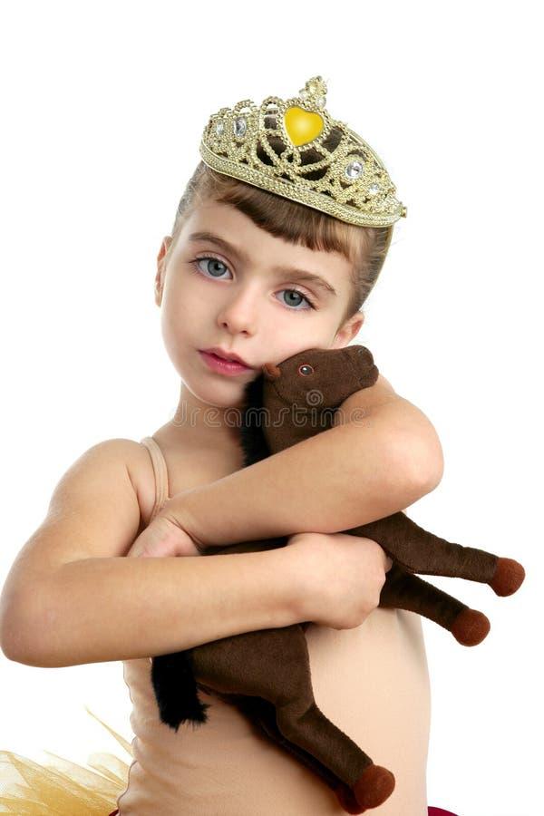 Mooi weinig de omhelzingsstuk speelgoed van het ballerinameisje paard royalty-vrije stock afbeeldingen
