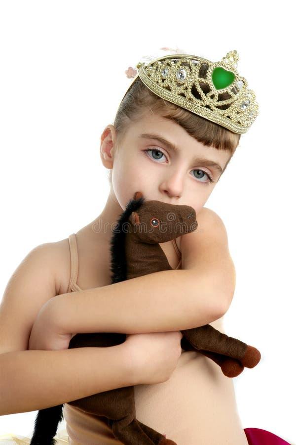 Mooi weinig de omhelzingsstuk speelgoed van het ballerinameisje paard royalty-vrije stock afbeelding