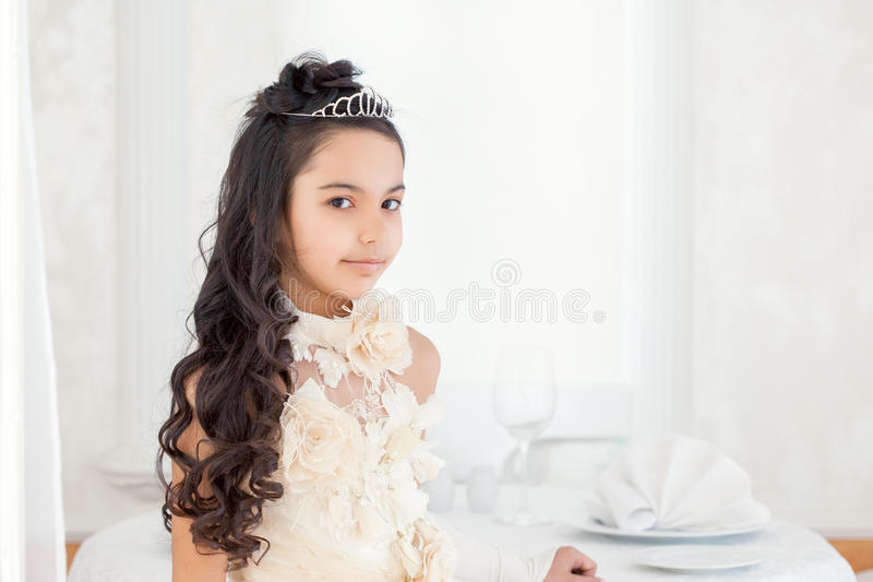 Mooi weinig het donkerbruine stellen in tiara, close-up stock foto's