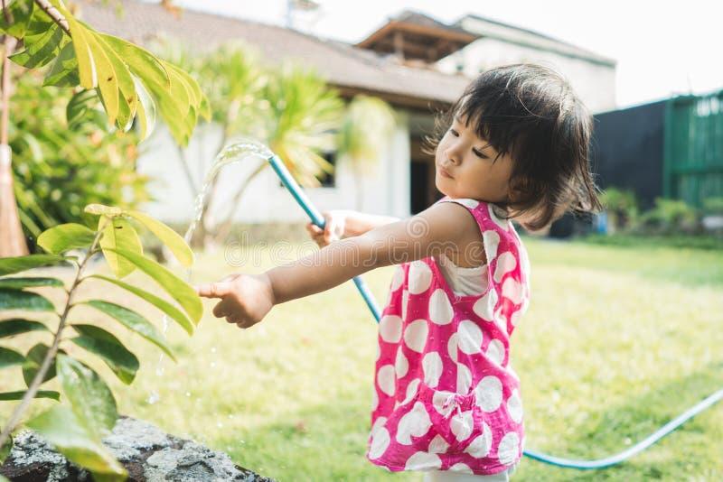 Mooi weinig kind die de installaties water geven royalty-vrije stock afbeeldingen