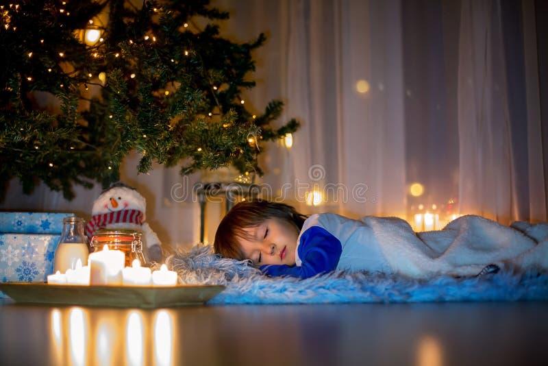 Mooi weinig kind, jongen, die op de vloer, de slaapv.n. liggen stock fotografie