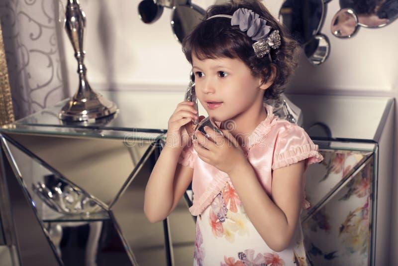 Mooi weinig leuk meisje die telefonisch spreken royalty-vrije stock afbeelding