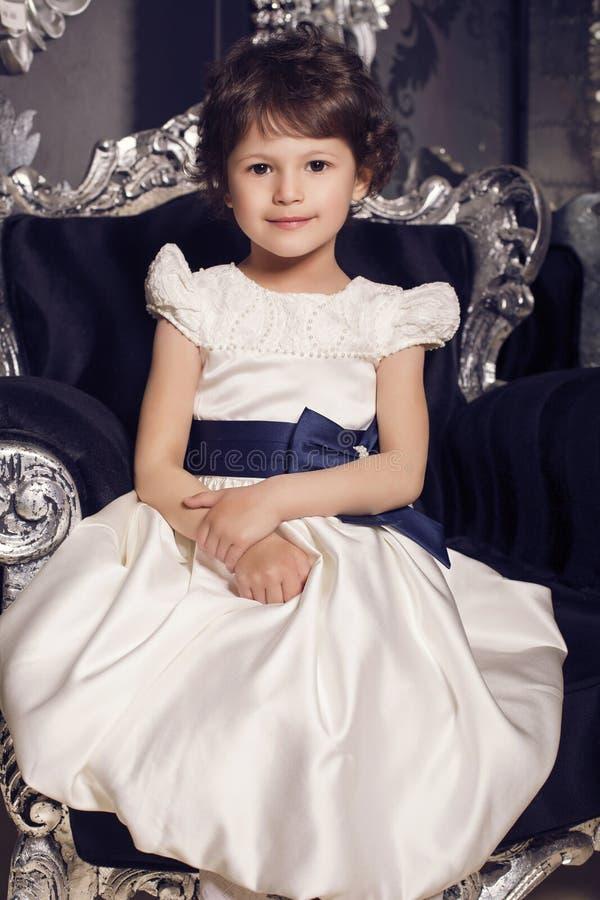 Mooi weinig leuk meisje in elegante kleding royalty-vrije stock foto