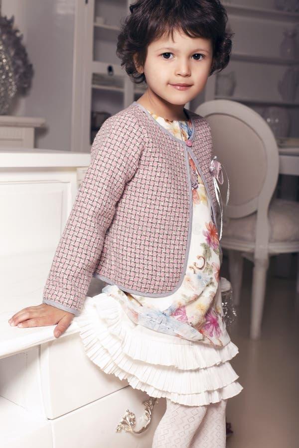 Mooi weinig leuk meisje in elegante kleding royalty-vrije stock foto's