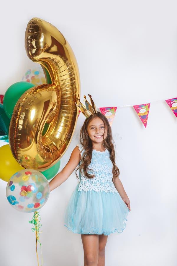 Mooi weinig prinses in blauwe kleding Verjaardagspartij voor leuk kind stock foto
