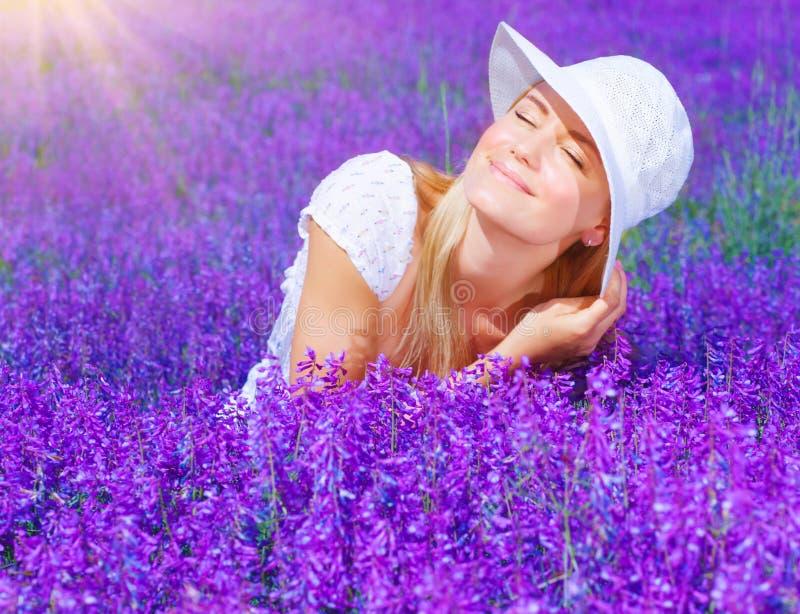 Mooi wijfje op lavendelgebied royalty-vrije stock afbeelding