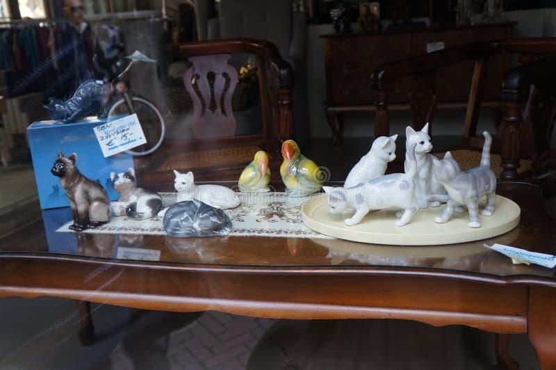 Mooi winkelvenster met porseleinbeeldhouwwerken stock foto