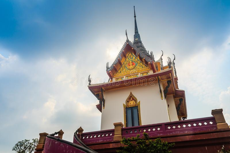 Mooi wit boeddhistisch paviljoen op de heuveltop met blauwe hemelachtergrond bij Wat Phraputthachai-tempel, Saraburi, Thailand Di stock afbeeldingen