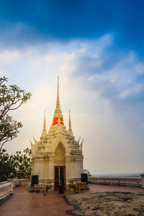 Mooi wit boeddhistisch paviljoen op de heuveltop met blauwe hemelachtergrond bij Wat Phraputthachai-tempel, Saraburi, Thailand Di royalty-vrije stock fotografie