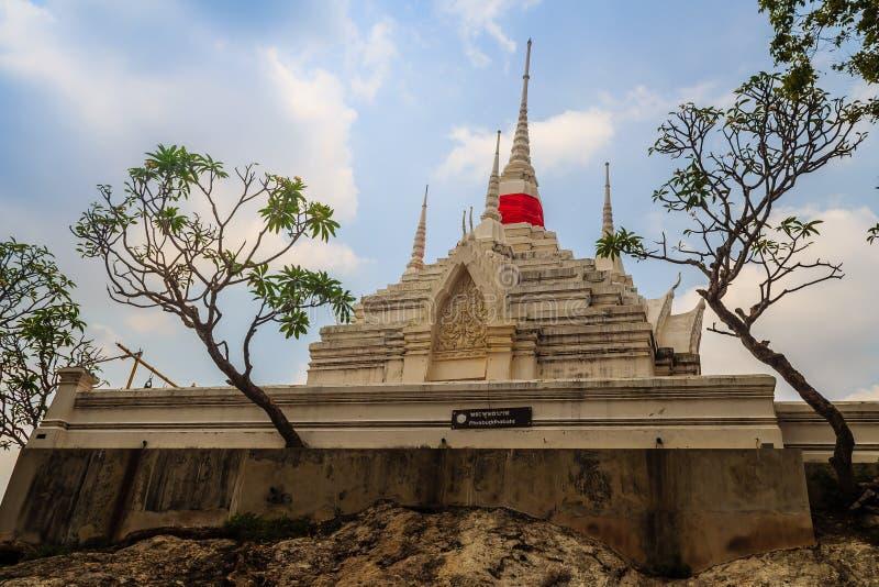 Mooi wit boeddhistisch paviljoen op de heuveltop met blauwe hemelachtergrond bij Wat Phraputthachai-tempel, Saraburi, Thailand Di royalty-vrije stock afbeeldingen