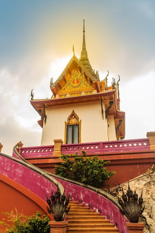 Mooi wit boeddhistisch paviljoen op de heuveltop met blauwe hemelachtergrond bij Wat Phraputthachai-tempel, Saraburi, Thailand Di stock afbeelding