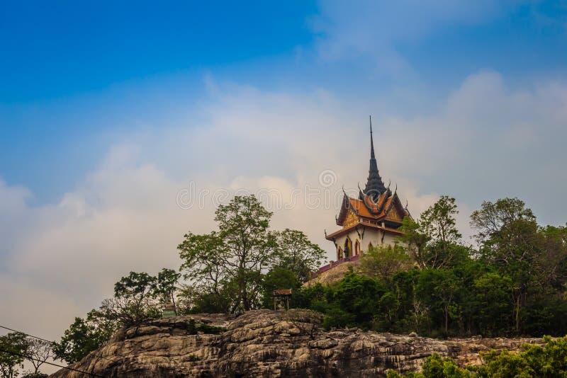 Mooi wit boeddhistisch paviljoen op de heuveltop met blauwe hemelachtergrond bij Wat Phraputthachai-tempel, Saraburi, Thailand Di royalty-vrije stock afbeelding