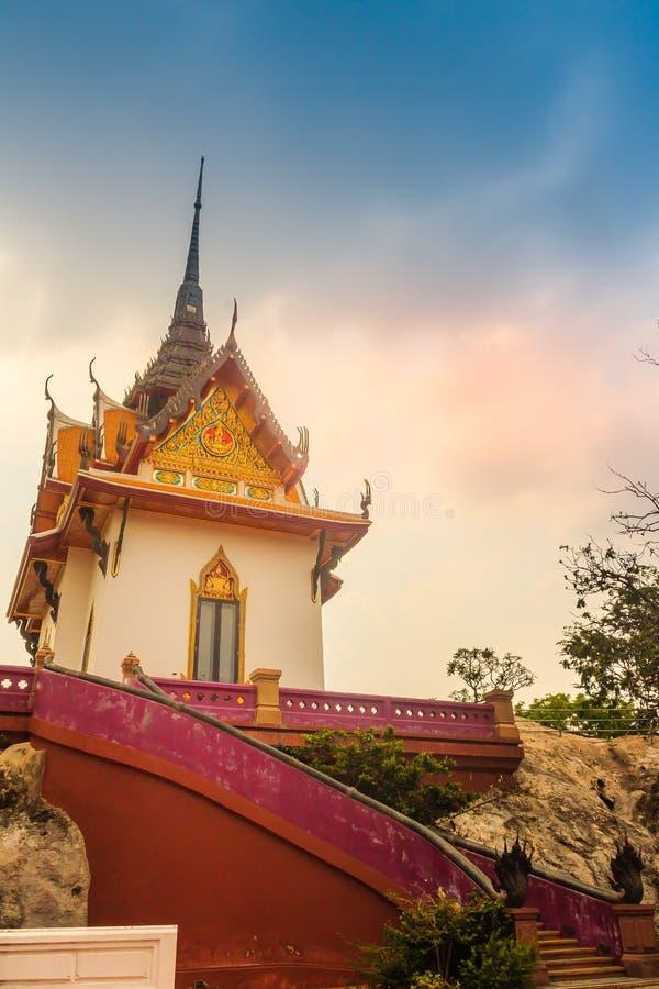 Mooi wit boeddhistisch paviljoen op de heuveltop met blauwe hemelachtergrond bij Wat Phraputthachai-tempel, Saraburi, Thailand Di royalty-vrije stock foto