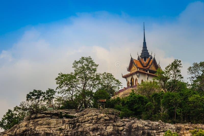 Mooi wit boeddhistisch paviljoen op de heuveltop met blauwe hemelachtergrond bij Wat Phraputthachai-tempel, Saraburi, Thailand Di stock foto's