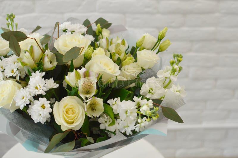 Mooi wit boeket van bloemen in modieus document royalty-vrije stock afbeelding