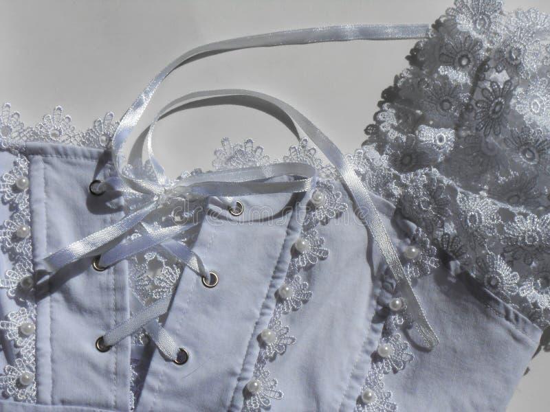 mooi wit die lijfje met kant in orde wordt gemaakt stock foto