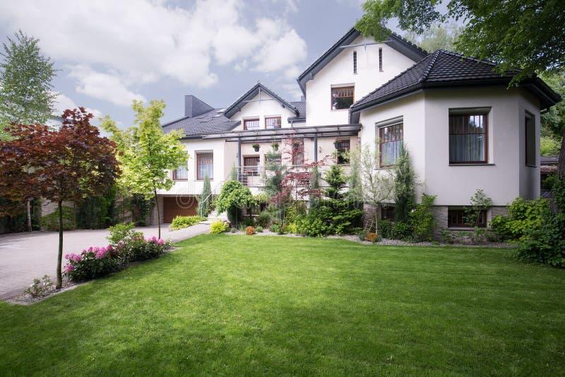 Mooi wit huis royalty-vrije stock afbeeldingen