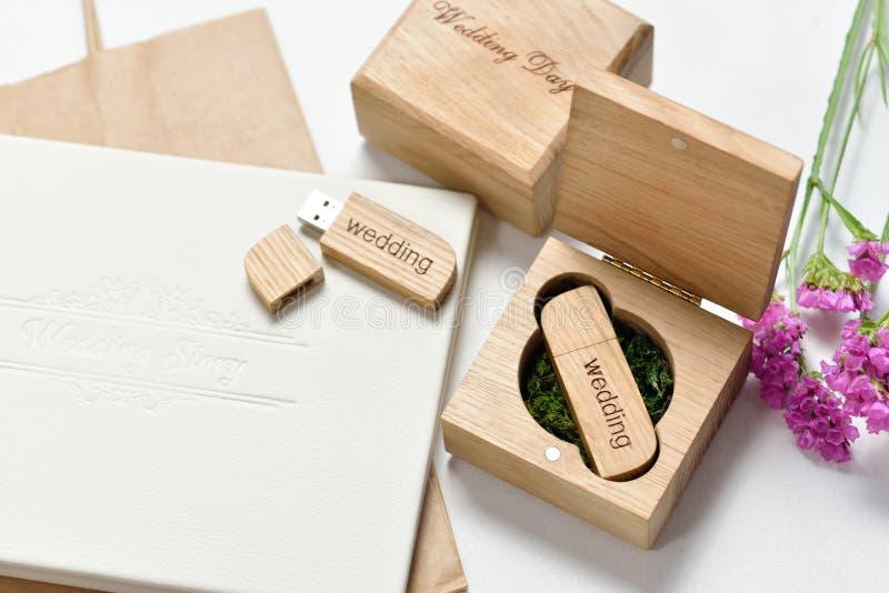 Mooi wit huwelijk photobook en Usb-flitsaandrijving in Met de hand gemaakte houten doos Het concept van het huwelijk stock afbeelding