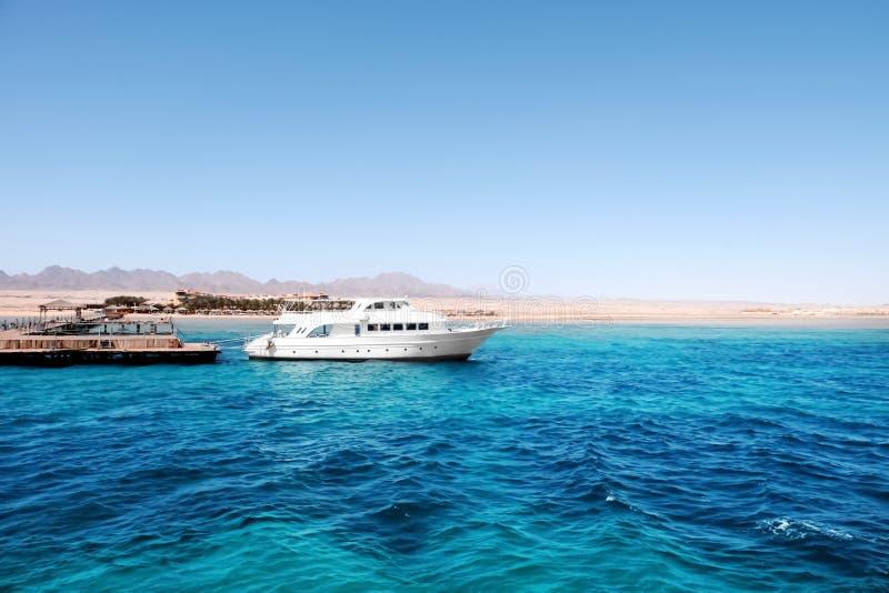 Mooi wit jacht dichtbij tropische toevlucht op zonnige dag royalty-vrije stock foto
