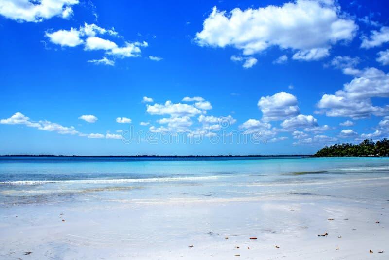 Mooi wit strand en blauwe Caraïbische hemel royalty-vrije stock afbeelding