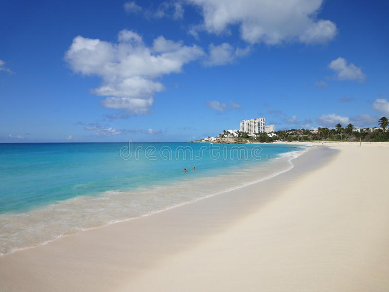 Mooi wit zandig strand in de Caraïben stock foto