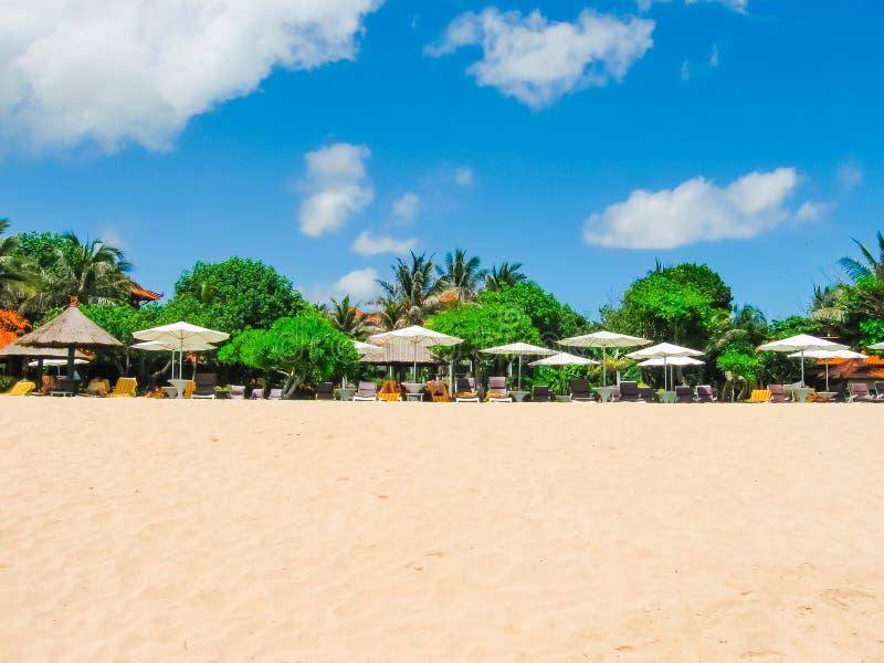 Mooi wit zandstrand op het Eiland Bali op het gebied van Nusa Dua stock afbeelding