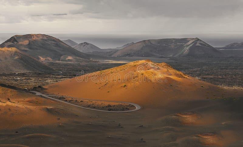 Mooi woestijnlandschap van een vulkanisch eiland Fuerteventura, Canarisch eiland, Spanje royalty-vrije stock afbeeldingen
