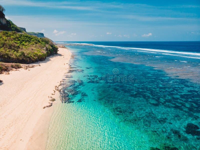Mooi zandig strand met turkooise oceaan in Bali Luchtmening, hommelschot stock afbeeldingen