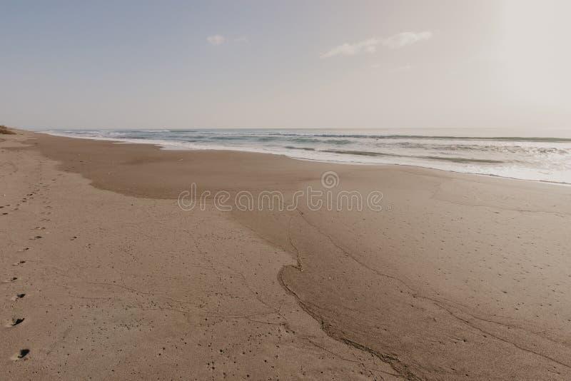 Mooi zandstrand met zachte oceaangolf, golf van het blauwe overzees op het zand bech Conceptenreis stock foto's