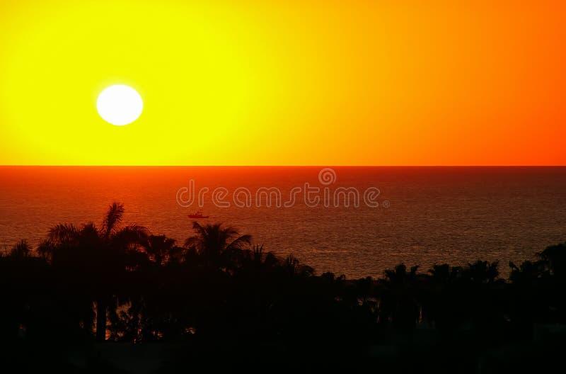 Mooi zeegezicht bij zonsondergang Het Silhouet van de palm Boot op het overzees, geeloranje toon royalty-vrije stock foto's
