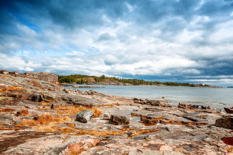 Mooi zeegezicht, de steenkust van het overzees op de eilanden van stock fotografie