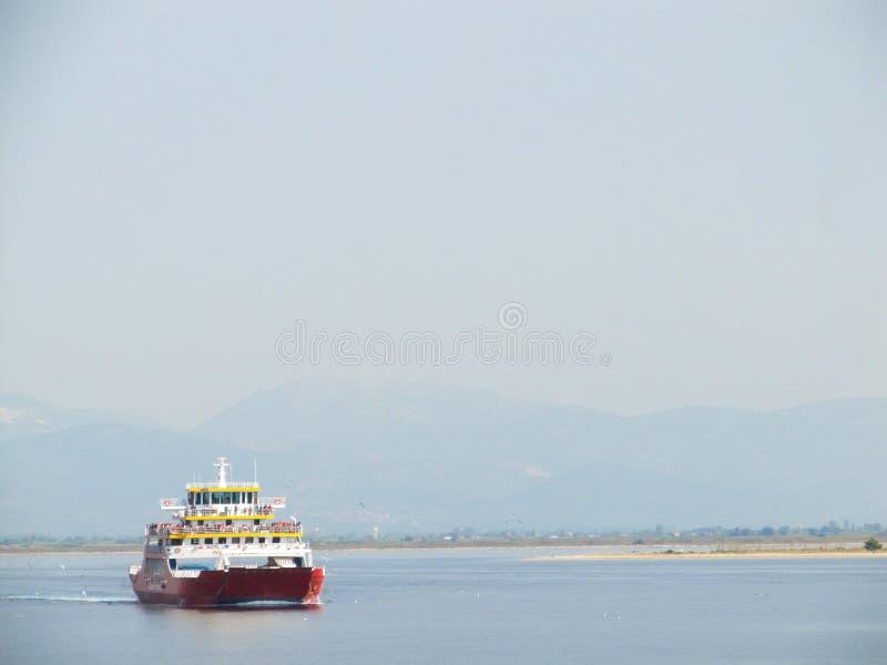 Mooi Zeegezicht De veerboot vaart de Middellandse Zee dichtbij de Griekse Eilanden die toeristen vervoeren stock foto
