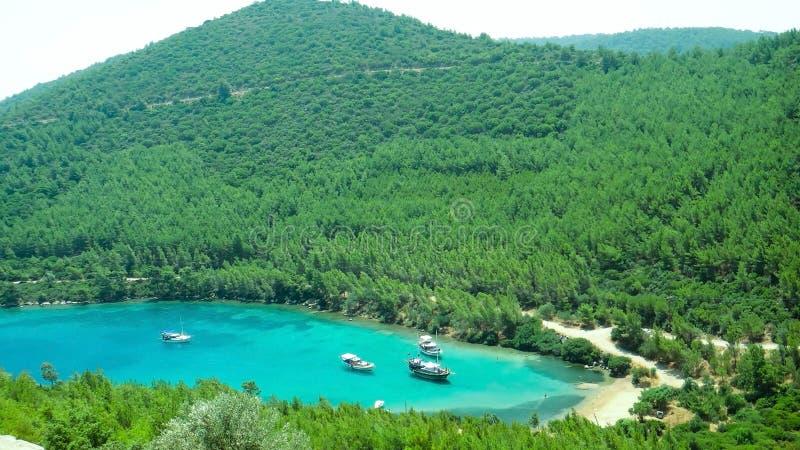 Mooi zeegezicht met een paar jachten in kleine baai, Bodrum, Turkije stock afbeelding