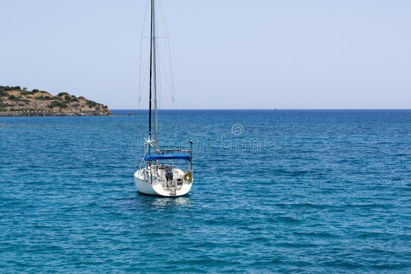 Mooi zeegezicht met wit varend jacht in het blauwe overzees Verminderde de zeilen, rust Het concept stagnatie, geen doel, dropp stock afbeeldingen