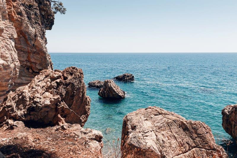 Mooi Zeegezicht Zeegezicht op de achtergrond van het wilde rotsachtige kust Wilde strand, het azuurblauwe water en de rotsen Het  royalty-vrije stock fotografie