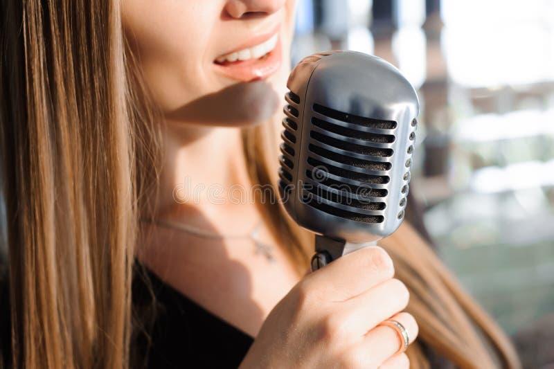 Mooi Zingend Meisje Schoonheidsvrouw met Microfoon Glamour ModelSinger Karaokelied stock afbeeldingen