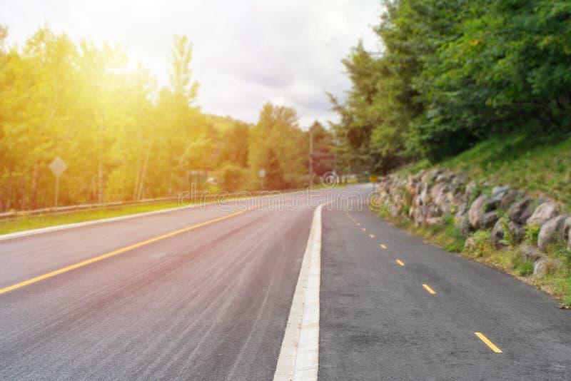 Mooi zonlicht op een lege landweg royalty-vrije stock afbeelding