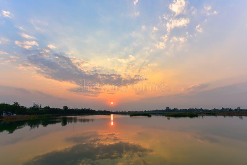 Mooi zonsonderganglandschap over meer met bezinning royalty-vrije stock afbeeldingen