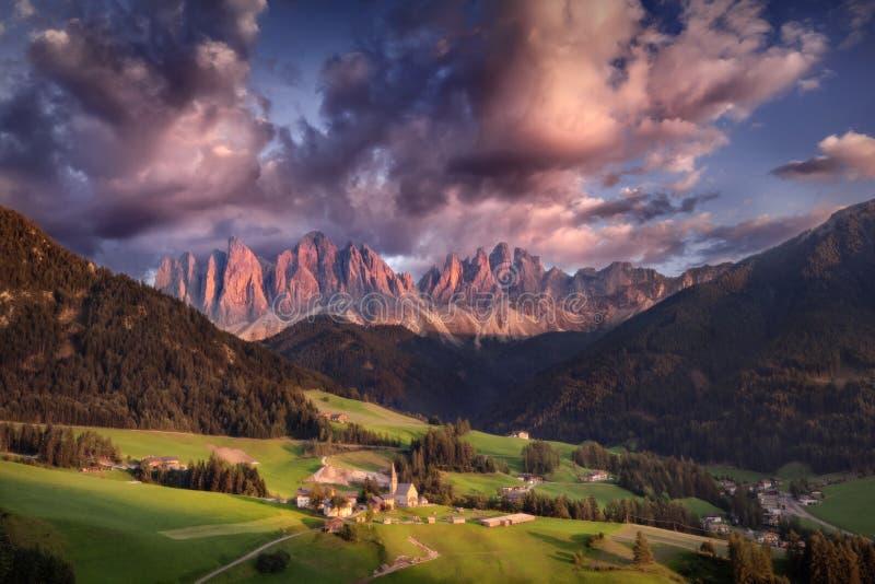 Mooi zonsonderganglandschap van Alpen de Zuid- van Tirol stock foto's