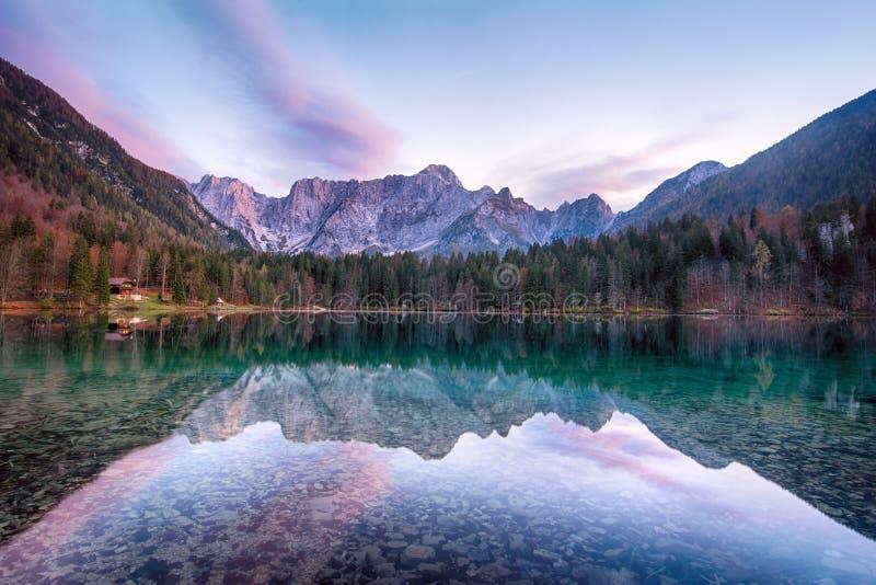 Mooi zonsonderganglandschap van het meer van Lago of Laghi Di Fusine in Italië met sparren en bergen op kust royalty-vrije stock foto's