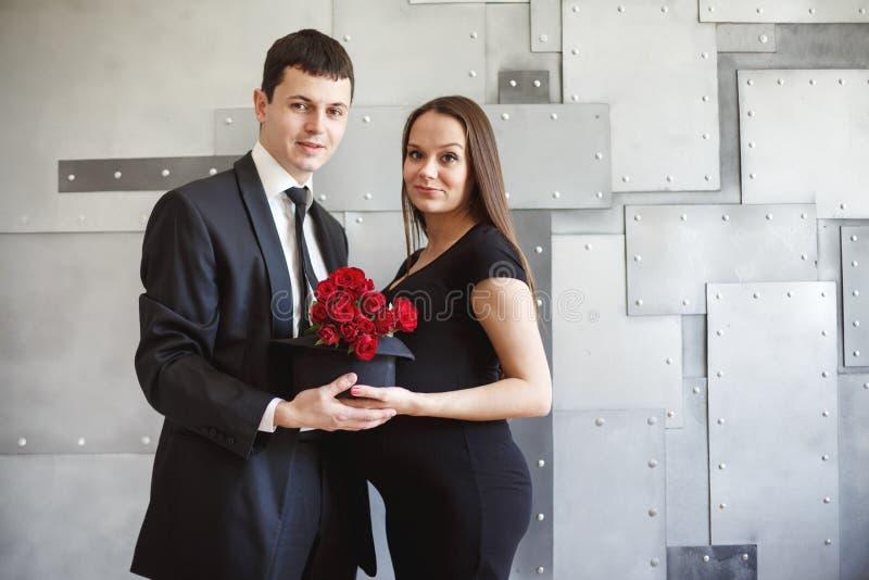 Mooi zwanger paar in elegante kleding stock afbeelding