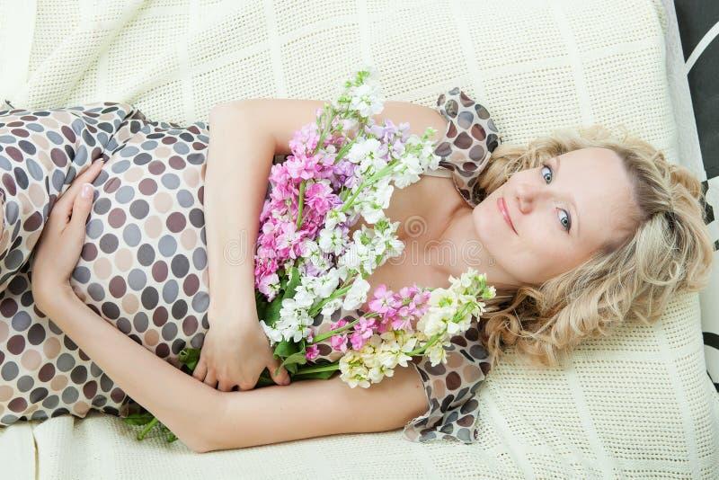 Mooi zwanger wijfje stock fotografie